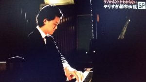 粗品のピアノ演奏姿